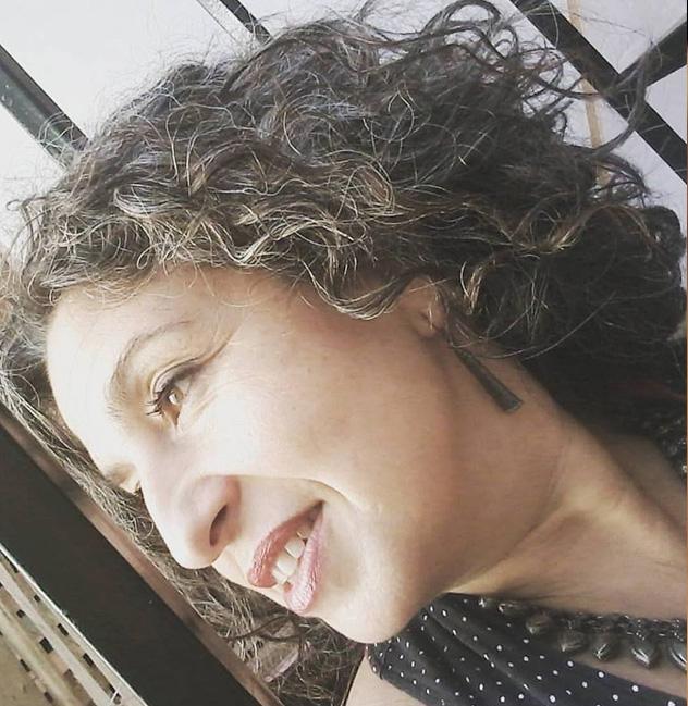 Claudia Hass, docente del taller de cerámica