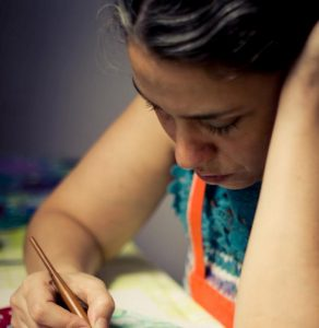 Marina Caruso, docente del taller de cerámica